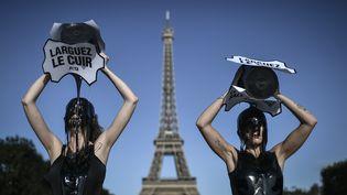 """Des militantes de PETA se sont déversés sur la tête des seaux remplis de""""boue toxique""""noirâtre pour""""rappeler aux acteurs de la mode du monde entier que le cuir est une sale affaire"""", le 23 septembre 2019 (STEPHANE DE SAKUTIN / AFP)"""