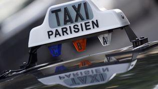 Un taxi, le 21 mai 2015 à Paris. (THOMAS SAMSON / AFP)