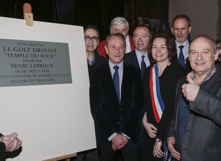 Le maire de Paris Bertrand Delanoë dévoile la plaque commémorative du Golf Drouot en présence notamment de Michel Jonasz et Alain Chamfort, le 24 février 2014  (IP3 PRESS/MAXPPP)