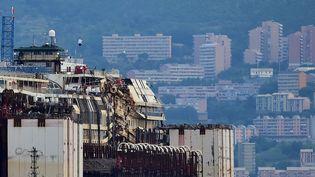 """Le """"Costa Concordia"""" lors de son arrivée au port de Gênes (Italie), dimanche 27 juillet 2014. (GIUSEPPE CACACE / AFP)"""