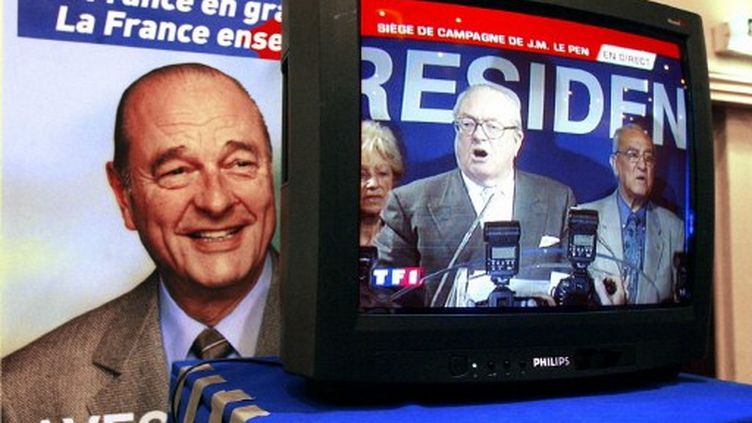 Un écran montre Jean-Marie Le Pen prononçant un discours le 21 avril 2002 [nid: 126606] (AFP PHOTO PATRICK KOVARIK)