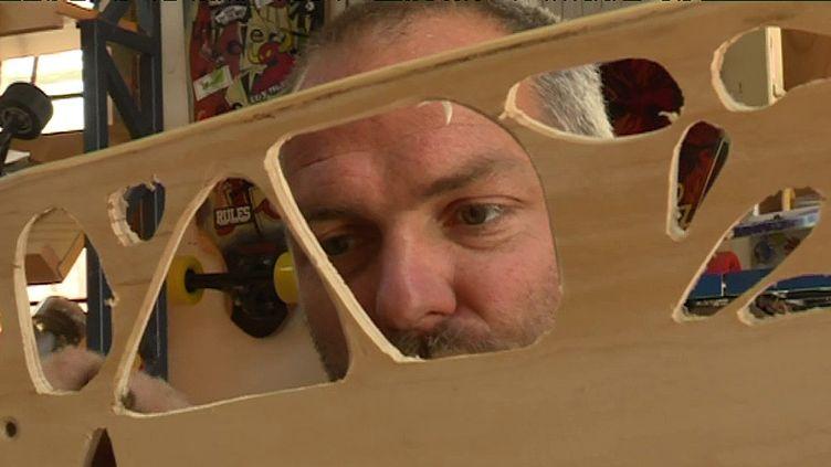Gaël Flin dans son atelier  (Culturebox-capture d'écran)