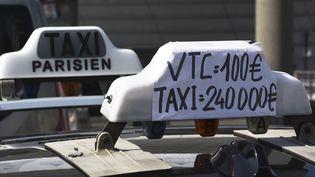 Des taxis manifestent à la porte Maillot, à Paris, le 25 juin 2015. (LOIC VENANCE / AFP)