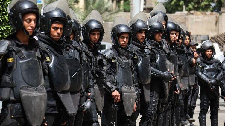 Les forces de sécurité égyptiennes déployées au Caire, le 4 mai 2016, face à une manifestation de journalistes protestant contre leur intervention au siège du syndicat de la presse. (Mohamed El Raai/ANADOLU AGENCY/AFP)