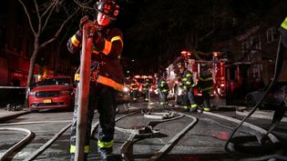 Au moins douze personnes sont mortes, jeudi 28 décembre 2017, dans un incendie, à New York (Etats-Unis). (AMR ALFIKY / REUTERS)