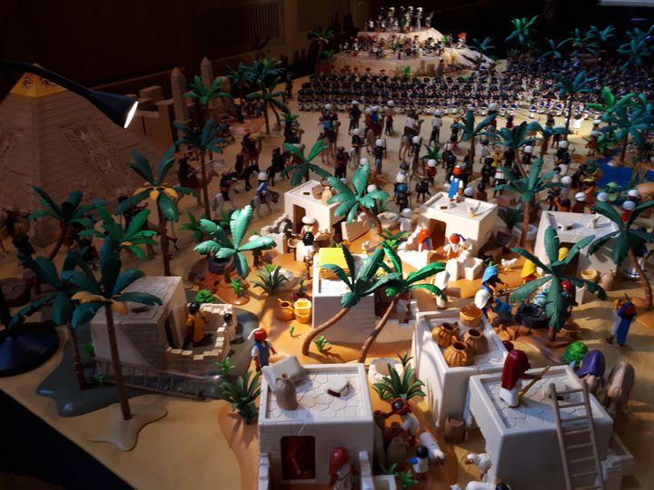 """L'exposition Playmobil """"En avant l'histoire"""", aux Invalides, à Paris. (SOPHIE AUVIGNE / FRANCE-INFO)"""