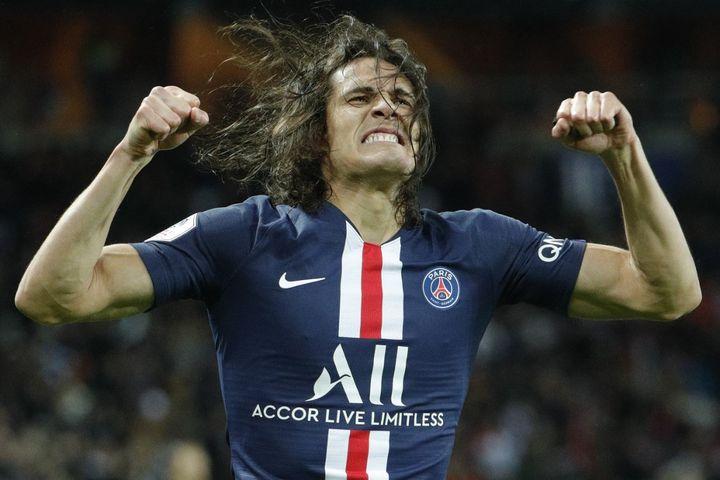 Edinson Cavani après avoir inscrit son 199e but avec le Paris Saint-Germain face à l'Olympique Lyonnais (GEOFFROY VAN DER HASSELT / AFP)