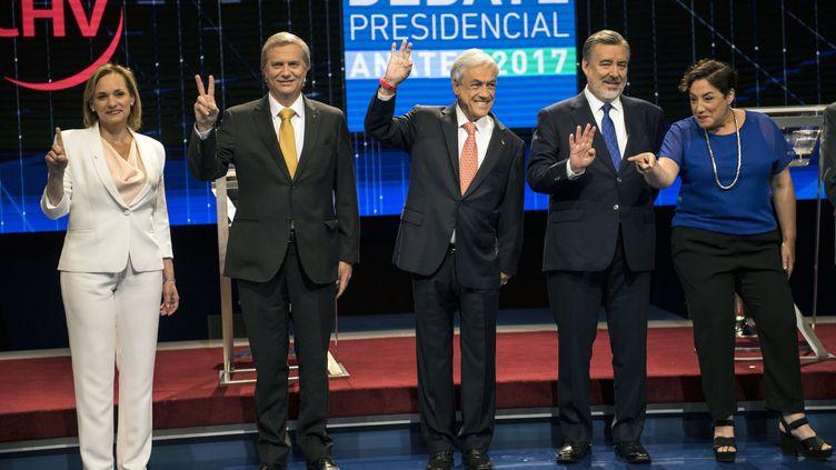 Carolina Goic, Jose Antonio Kast, Sebastian Pinera, Alejandro Guiller et Beatriz Sanchez, candidats à l'élection présidentielle ont participé à un débat télévisé le 6 novembre 2017. (MARTIN BERNETTI / AFP)