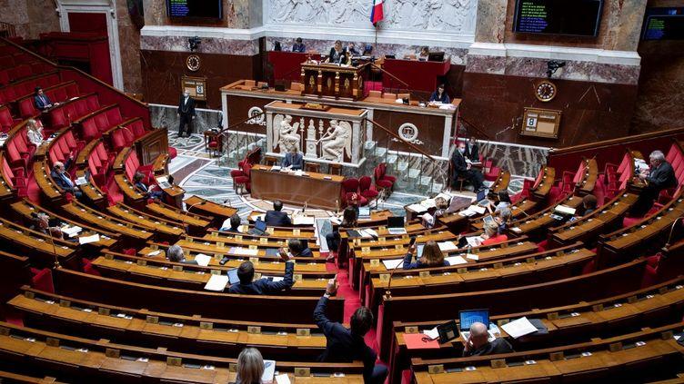 Des députés siègent à l'Assemblée nationale, à Paris, le 8 mai 2020. (THOMAS SAMSON / AFP)