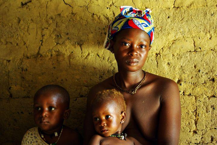 Jeune mère de famille avec ses deux enfants dans le sud de la Sierra Leone (8 avril 2008) (Reuters - KATRINA MANSON / X02109)