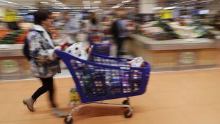 Un chariot plein dans un supermarché symbolise un pouvoir d'achat élevé. Photo d'illustration. (THOMAS SAMSON / AFP)