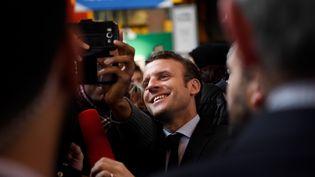 Emmanuel Macron lors de sa visite au salon du Livre vendredi 24 mars 2017 (CHRISTOPHE SIMON / AFP)