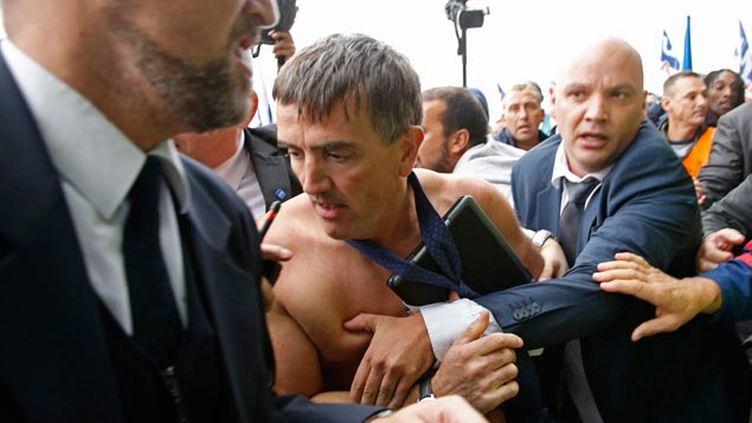 (Le DRH d'Air France Xavier Broseta, chemise arrachée, a été évacué par le service d'ordre, après avoir été pris à partie par des manifestants lors du CCE © Reuters)