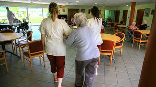 Une infirmière accompagne une résidente à l'Ehpad des Monts du Matin, à Bésayes, dans la Drôme, le 21 mai 2019. (NICOLAS GUYONNET / HANS LUCAS / AFP)