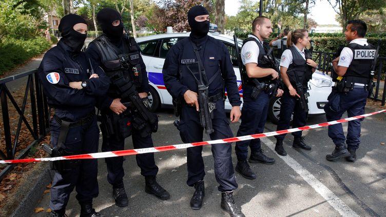 La police sécurise les rues de la commune de Trappes (Yvelines),après l'attaque au couteau d'un homme qui a tuésa mère et sa soeur. (PHILIPPE WOJAZER / X00303)