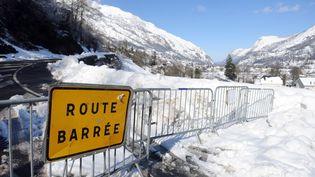 Une route fermée après de fortes chutes de neige à Laruns (Pyrénées-Atlantiques) le 3 février 2015. (IROZ GAIZKA / AFP)