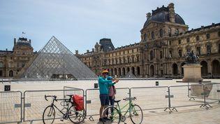 Selfie devant le Louvre, pas encore ouvert au public, le 16 mai 2020 (CHRISTOPHE PETIT TESSON / EFE / NEWSCOM / MAXPPP)
