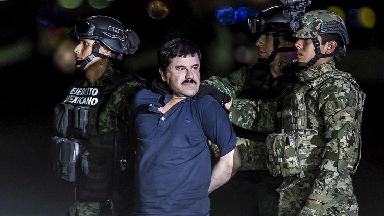 "Joaquin Guzman Loera, dit ""El Chapo"", lors de son transfèrement vers la prison d'El Altiplano à Mexico (Mexique), le 8 janvier 2016. (DANIEL CARDENAS / ANADOLU AGENCY / AFP)"