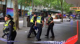 Des policiers bloquent l'accèsau lieu où plusieurs personnes ont été blessées à l'arme blanche, le 9 novembre 2018, à Melbourne (Australie). (SONALI PAUL / REUTERS)