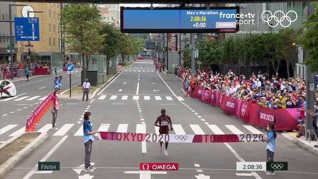 Le recordman du monde de la distance termine premier de ce marathon olympique en 2'08''38. Il devance le Néerlandais Abdi Nageeye et le Belge Bashir Abdi.