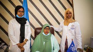 De gauche à droite : le Dr. Ayaan Abdinur Elmi de l'unité de pédiatrie, Fartun Sharif Ahmed, la directrice de l'hôpital Banadir, et le Dr. Ubah Farah Ahmed. (IOM/Spotlight)