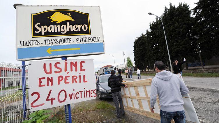 28 mai 2013, ds ouvriers de l'usine Spanghero à Castelnodary déploient des banderoles (ERIC CABANIS / AFP)