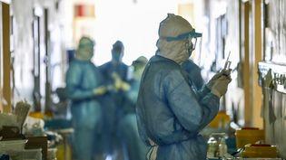 Des médecins, dans un hôpital de Wuhan, en Chine, dimanche 16 février 2020. (AFP)