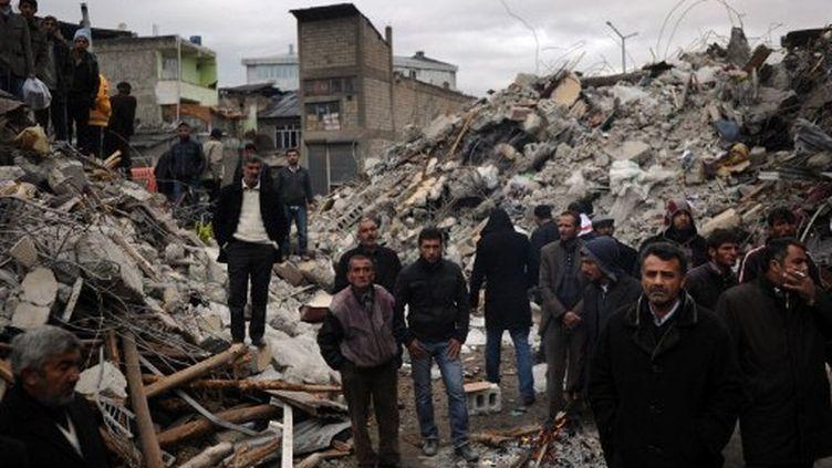 A Ercis, ville la plus touchée par le séisme, les rescapés assistent aux opérations de sauvetage. (AFP / DIMITAR DILKOFF)