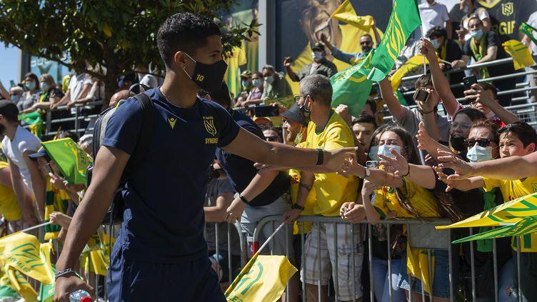 Des supporters viennent encourager les joueurs du FC Nantes, avant le deuxième match de barrage contre Toulouse à la Beaujoire. (OLIVIER LANRIVAIN / MAXPPP)