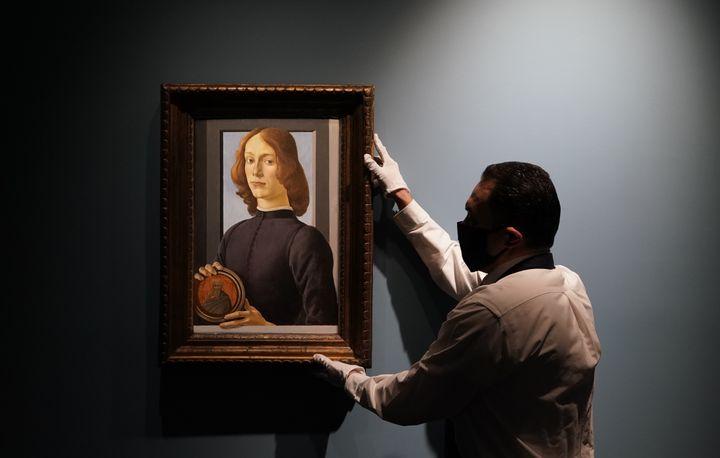 """""""Portrait d'un jeune homme tenant un médaillon"""" de Sandro Botticelli, sera vendu aux enchères à New York en 2021. (TIMOTHY A. CLARY / AFP)"""