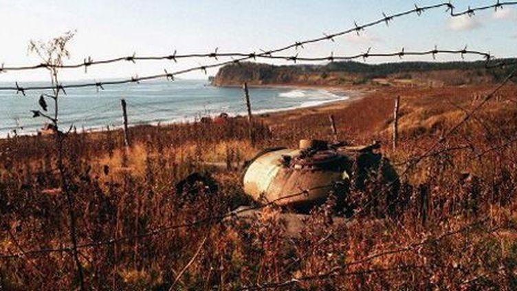 Une tourelle de char T-56 en train de rouiller sur l'île de Kunashiri, une des quatre îles Kouriles que se disputent le Japon et la Russie (26-10-1997) (AFP)