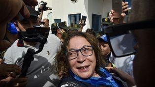 Amira Bouraoui à sa sortie de prison le 2 juillet 2020, devant la prison de Kolea près de la ville de Tipasa, à 70 km à l'ouest de la capitale Alger. (RYAD KRAMDI / AFP)