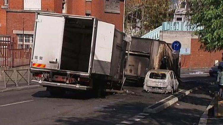 Deux fourgonnettes retrouvées incendiées, après une tentative de braquage de fourgons blindés, le 14 mai 2012 à Montreuil (Seine-Saint-Denis). (FTVI / FRANCE 2)