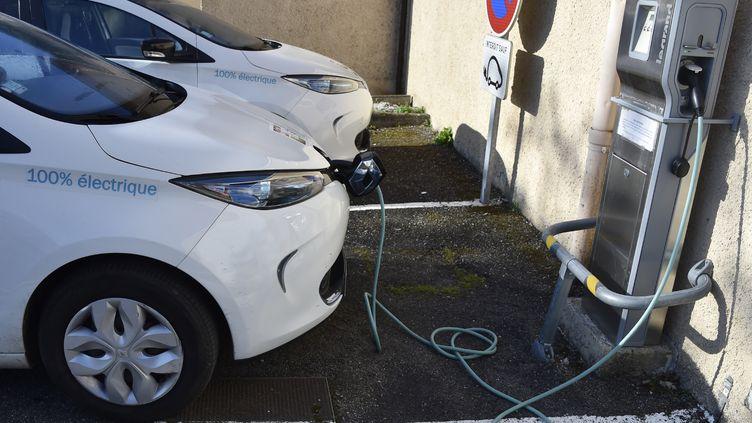 Des véhicules électriques chargent, le 18 février 2017, sur le parking du Conseil départemental du Gers, à Auch. (PASCAL PAVANI / AFP)