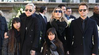 Laeticia Hallyday et ses filles, Jade et Joy,aux côtés de Laura Smet et David Hallyday, aux obsèques de Johnny, à Paris, le 9 décembre 2017. (LUDOVIC MARIN / AFP)