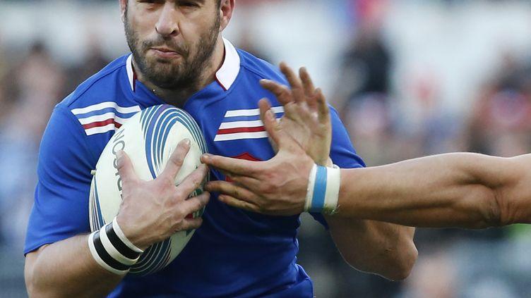 Frédéric Michalak est plaqué par un défenseur italien, lors du match Italie-France, le 3 février 2013 à Rome. (STEFANO RELLANDINI / REUTERS)