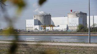 Les deux réacteurs de la centrale de Fessenheim sont à l'arrêt jusqu'en juillet 2017. De la fumée s'échappe du réacteur numéro 1 après une fuite d'eau sur un des circuits de refroidissement. (THIERRY GACHON / MAXPPP)