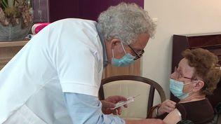 La réserve sanitaire va devoir seremobiliserpour apporter son aide à la campagne de vaccination.DansunEhpaddu Rhône, des médecins à la retraite ont dû remettre leur blouse. (France 3)