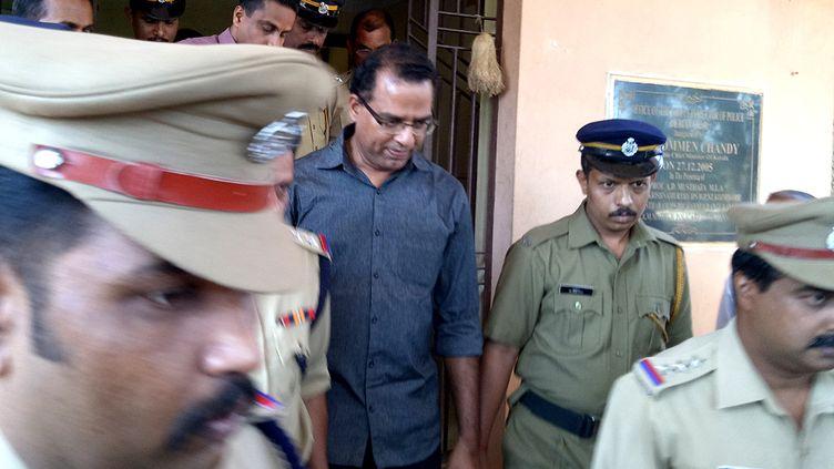 Le prêtreRobin Vadakkumchery (au centre) lors de son arrestation à Peravoor (Inde), le 28 février 2017. (AFP)