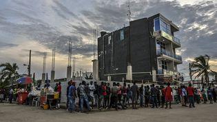 Des migrants originaires d'Haïti, du Venezuela et d'Afrique, sont bloqués à Necocli, en Colombie, le 2 août 2021. (JOAQUIN SARMIENTO / AFP)