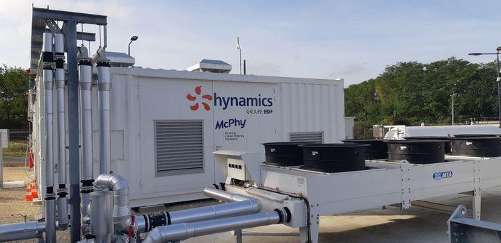 L'électrolyseur de la stationau second plan pour décomposer les molécules d'eau. (THIERRY BOULANT / FRANCE-BLEU AUXERRE)