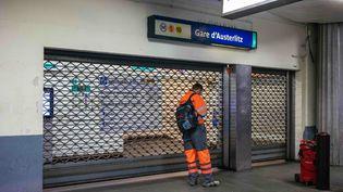 Une station de métro fermée, le 5 décembre 2019 à Paris. (MATHIEU MENARD / HANS LUCAS / AFP)