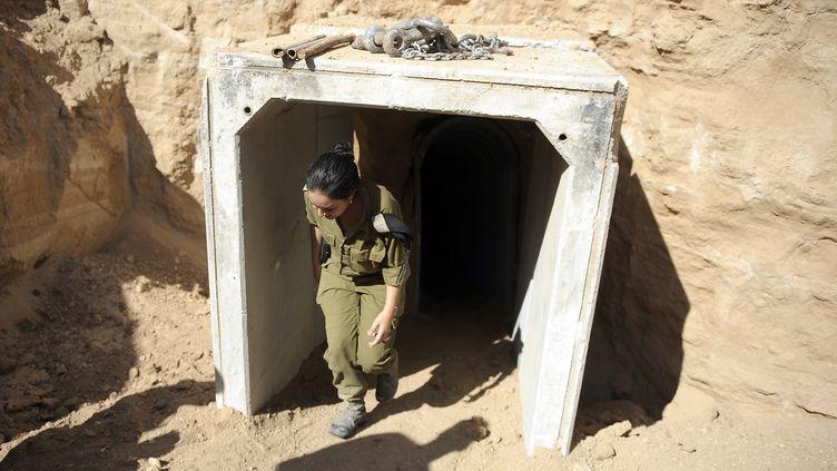 Une soldate israélienne sort d'un tunnel palestinien découvert par Tsahal et reliant la bande de Gaza à Israël, le 13 octobre 2013. (DAVID BUIMOVITCH / AFP)
