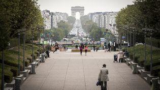 Dans le quartier d'affaire de La Défense, près de Paris. (LIONEL BONAVENTURE / AFP)