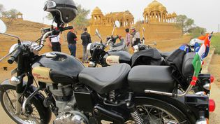 (Au Royal Cenotaph de Barabagh près de Jaisalmer © Serge Martin)