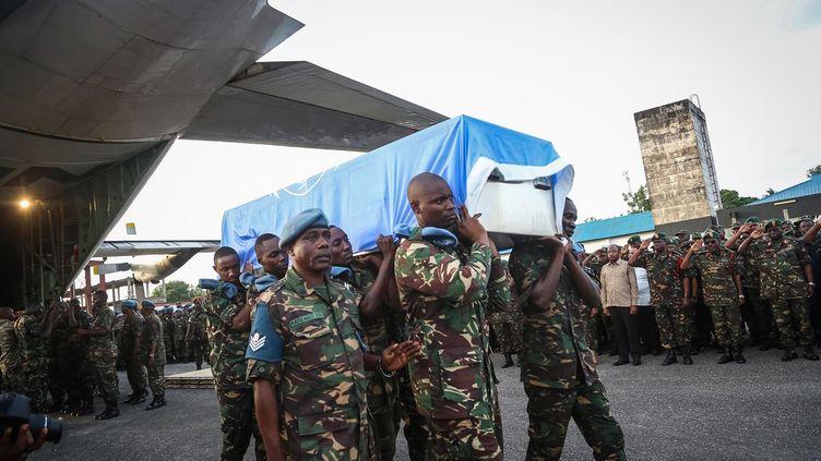 L'avion transportant 14 cercueils blancs recouverts du drapeau bleu clair des Nations Unies a atterri le 11 décembre 2017 à l'aéroport international de Dar es Salaam, la capitale économique de la Tanzanie.En plus de cet hommage, les Nations Unies ont annoncé la visite du Secrétaire général adjoint chargé des opérations de maintien de la paix, Jean-Pierre Lacroix, le 14 décembre à Goma, en RDC, et le 15 à Dar es Salaam. (AFP/ Photos)