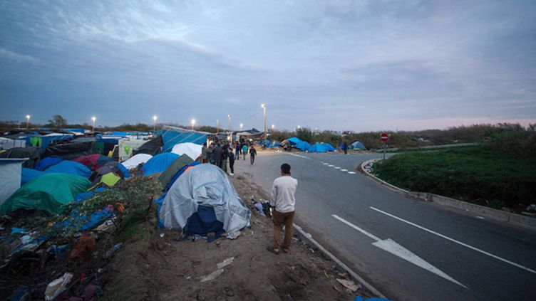 """(Environ 6.000 migrants, venus principalement d'Afrique de l'Est, du Moyen-Orient et d'Afghanistan, et qui veulent rejoindre l'Angleterre, sont regroupés dans le camp de la """"Jungle"""" de Calais © Maxppp)"""