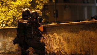 Des gendarmes lors d'une nuit de violences à Beaumont-sur-Oise (Val-d'Oise), le 22 juillet 2016. (THOMAS SAMSON / AFP)