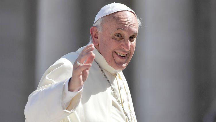 Le pape François salue des fidèles sur la place Saint-Pierre, au Vatican, le 18 septembre 2013. (TIZIANA FABI / AFP)