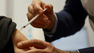 Une vaccination au Stade de France, à Saint-Denis. (LUDOVIC MARIN / AFP)